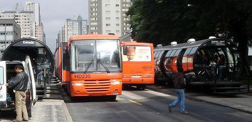 Visualize a localização atual dos ônibus de Curitiba através deste link.